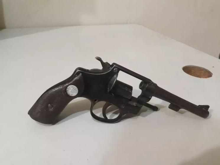 Revolver foi apreendido e encaminhado à delegacia — Foto: Polícia Militar/Divulgação