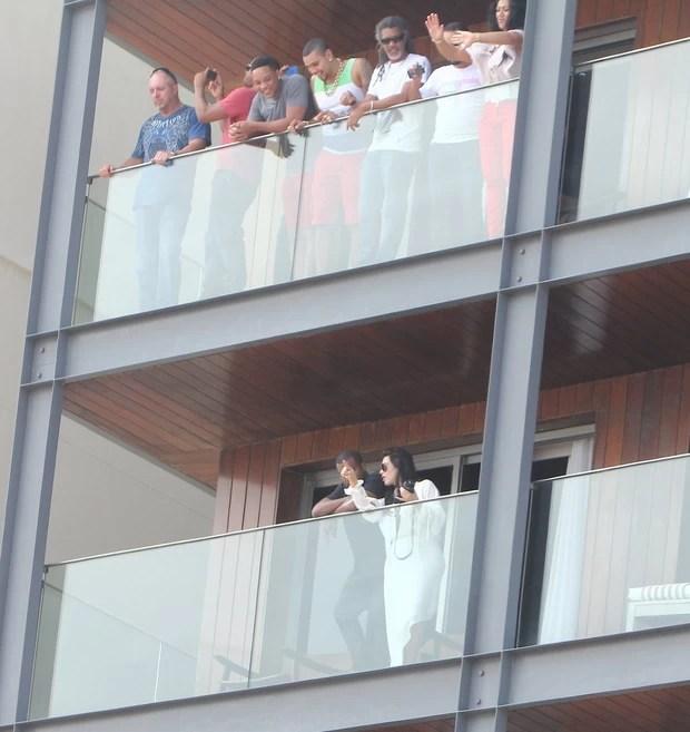 Naldo com WIll Smith na sacada do hotel (Foto: Delson Silva / AgNews)