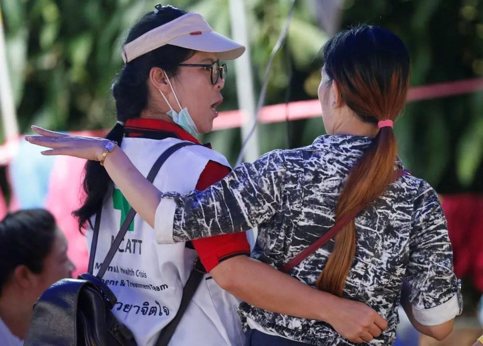Familiar de menino preso em caverna Tham Luang, na Tailândia, acompanha operações de resgate nesta quinta-feira (5)  (Foto: Soe Zeya Tun/ Reuters)