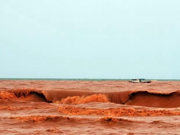 Mar de Regência é tomado por lama de barragem da Samarco (Foto: Fernando Madeira/ A Gazeta)