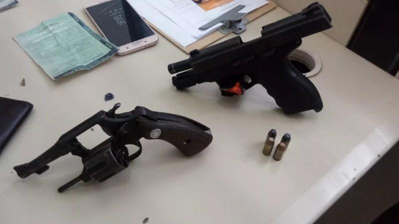 Armas foram apreendidas com os suspeitos (Foto: Divulgação/Polícia Civil)
