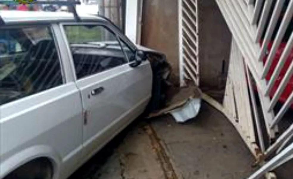 Motorista bate em carro que avança sobre garagem em Ceilândia, no Distrito Federal (Foto: Polícia Militar/Divulgação)