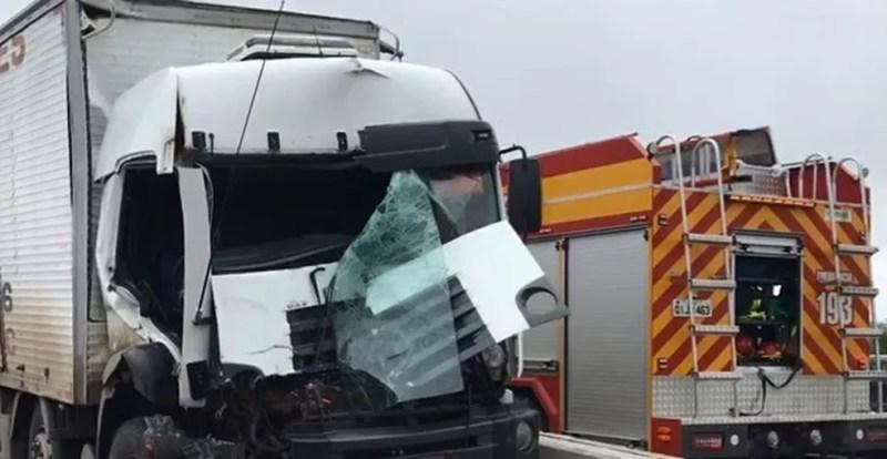 Caminhão, carro e van ficaram danificados após o acidente — Foto: PRF/Divulgação