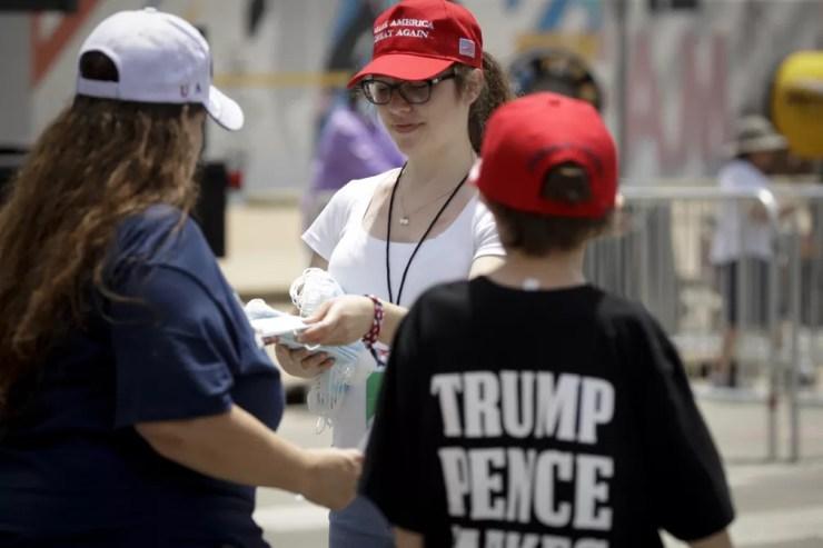 Distribuição de máscaras em comício do presidente americano Donald Trump em Tulsa, Oklahoma — Foto: Charlie Riedel/AP