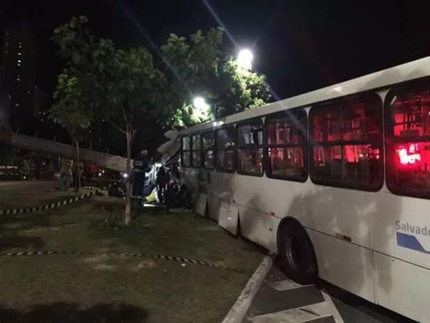 Poste atingido acabou caindo na via em Salvador (Foto: Giana Mattiazzi/ Tv Bahia)