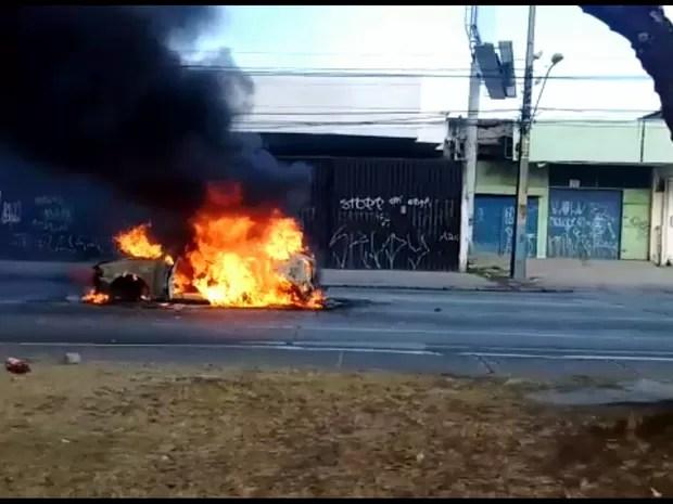Veículo pegou fogo na Avenida Mascarenhas de Morais, no Recife (Foto: Reprodução/Whatsapp)