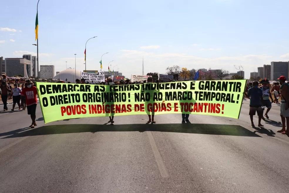 Indígenas marcham pela Esplanada dos Ministérios, em Brasília, até o STF onde deve ser julgado marco temporal para demarcação de terras, nesta quarta-feira (25) — Foto: Carolina Cruz/ G1