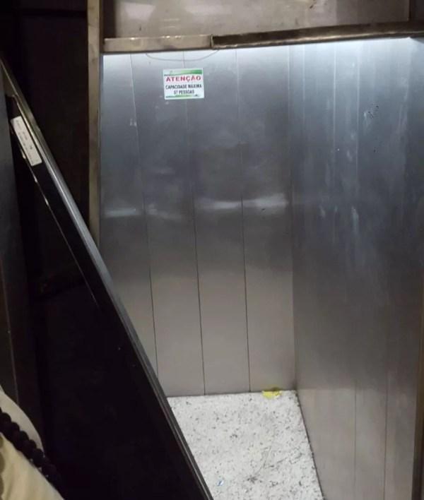 A capacidade máxima do elevador era de 7 pessoas, segundo informa a placa afixada dentro da cabine (Foto: Brenno Raiol/O Liberal)