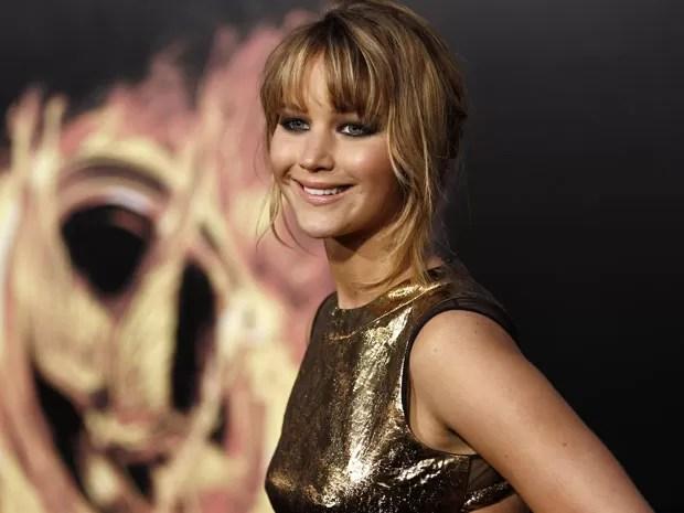 """A atriz Jennifer Lawrence, protagonista de """"Jogos Vorazes"""", posa para foto na première mundial do filme nesta segunda-feira (12), em Los Angeles, nos Estados Unidos. Com estreia marcada para o dia 23 deste mês, o longa é considerado por analistas como um  (Foto: Matt Sayles/AP)"""