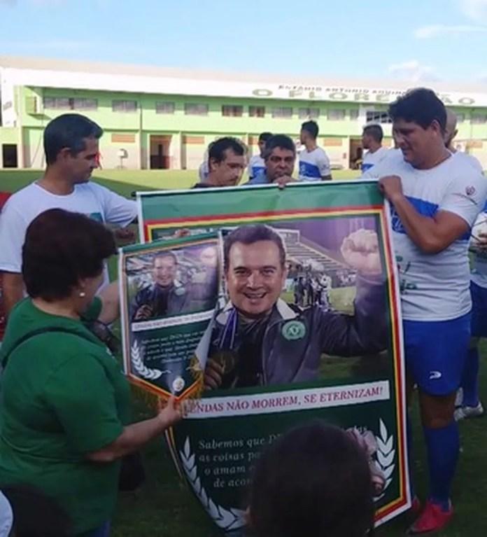 Mãe de Márcio Koury recebe banner com imagem do filho  (Foto: Reprodução/GloboEsporte.com)