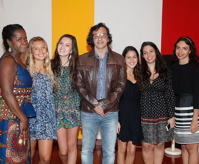 Diretor-geral, Carlos Araújo posa com as filhas (Foto: Artur Meninea/Gshow)