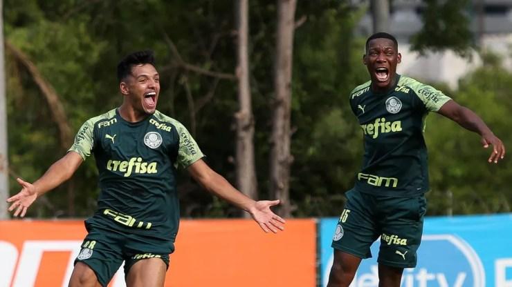 Gabriel Menino e Patrick de Paula durante o treino do Palmeiras — Foto: Cesar Greco\Palmeiras