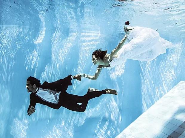 Rodrigo Simas e Juliana Paiva deslizam pelas águas cristalinas (Foto: Neto Fernandez / Divulgação)