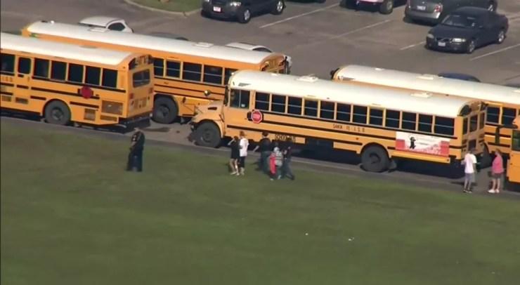 Alunos na parte externa da Santa Fe High School, no texas, após relatos de tiroteio (Foto: Associated Press)