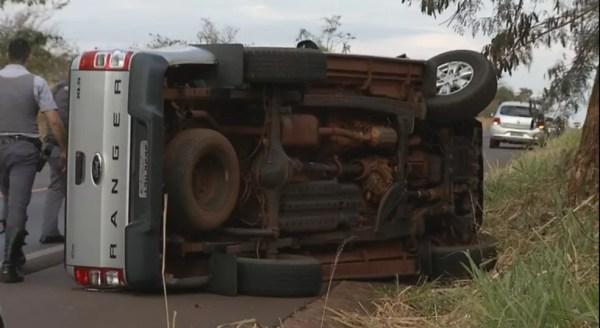 Caminhonete capotou e motorista fugiu durante a perseguição (Foto: Reprodução/TV TEM)