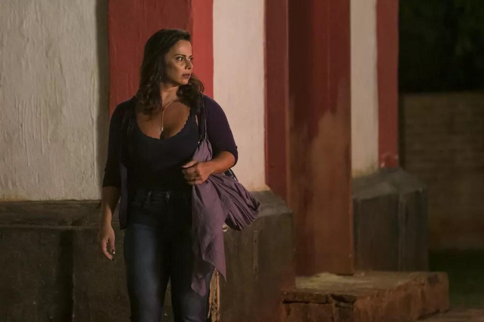 Neide (Viviane Araújo) enrola León em um lenço e vai para a delegacia denunciar Sampaio (Marcello Novaes), em 'O Sétimo Guardião' — Foto: Artur Meninea/Gshow