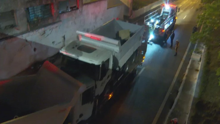 Caminhão é removido após entalar em ponte em SP — Foto: Reprodução/TV Globo