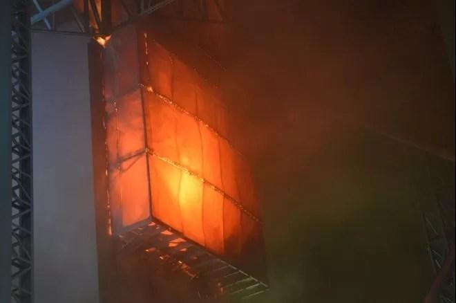 Bombeiros de 4 cidades trabalham no combate às chamas (Foto: Flávio Carvalho/Tudo Sobre Xanxerê)