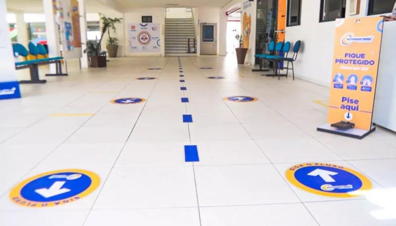 Marcações no chão deverão orientar alunos — Foto: Reprodução