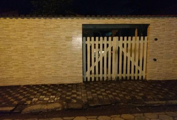 Crime aconteceu na casa do pai dos dois, que é cadeirante e tem 66 anos (Foto: G1 Santos)