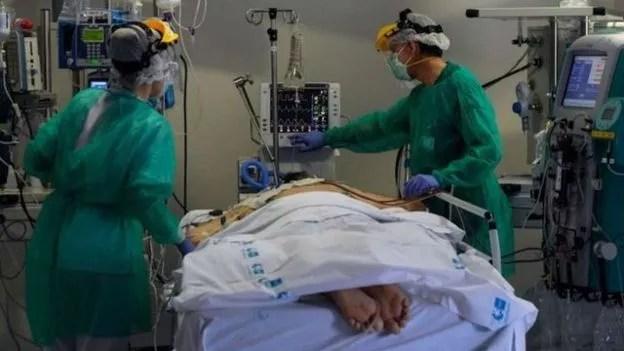 A pronação é uma técnica antiga mas eficaz para ajudar a combater doenças respiratórias graves (Foto: Getty Images)