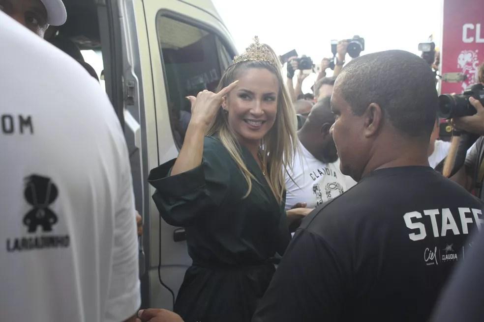 Claudia Leitte chega sorridente para iniciar o primeiro dia oficial do carnaval de Salvador (Foto: Tiago Caldas /Ag Haack)