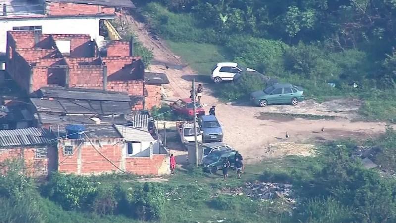 Com a chegada dos policiais, homens voltam a correr na Cidade de Deus, na Zona Oeste do Rio — Foto: Reprodução/ TV Globo