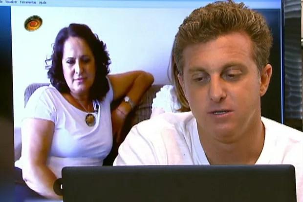 Huck conversa com Dulce e propõe promover o encontro entre ela e a irmã, Alexandrina (Foto: Caldeirão/TV Globo)