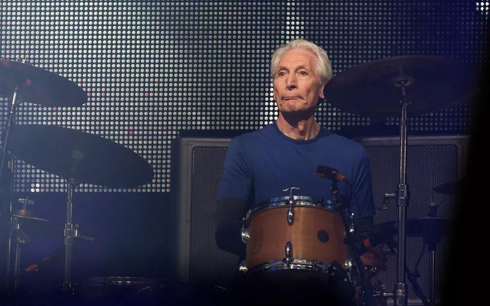 Charlie Watts, baterista dos Rolling Stones, no segundo dia do festival inglês — Foto: Andrew Cowie / AFP