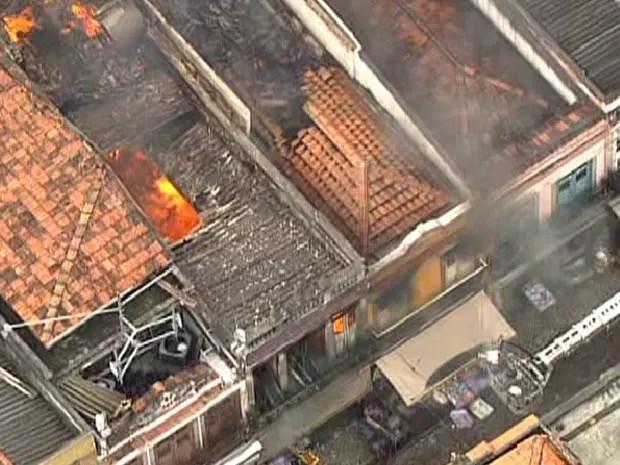 Fogo atinge lojas na Saara (Foto: Reprodução/TV Globo)