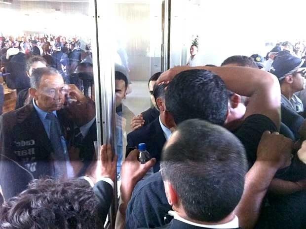 Policiais militares tentam entrar na Câmara dos Deputados, em Brasília (Foto: Isabella Formiga/G1)