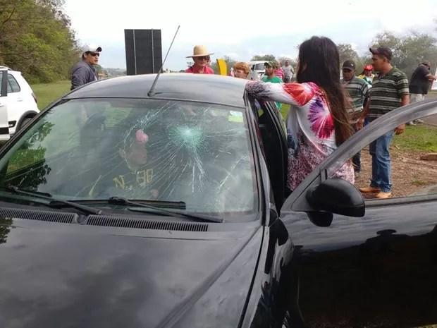 Para-brisa de um carro foi quebrado (Foto: Simone Dias/TV TEM)