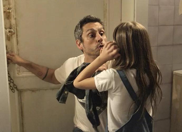 Romero pede que Aninha não fale nada a Kiki (Foto: TV Globo)
