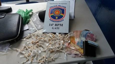 Droga foi encontrada com a jovem suspeita de tráfico (Foto: Divulgação/Polícia Militar)