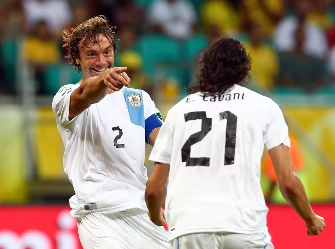 Lugano e Cavani em ação pela seleção do Uruguai — Foto: Getty Images