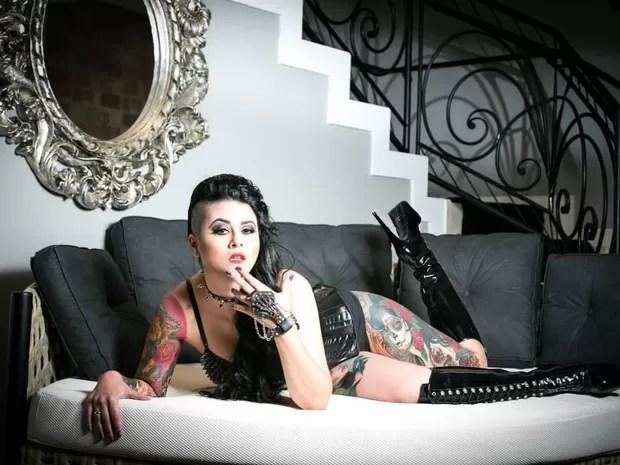 Aline Cândido diz que já perdeu as contas de quantas tatuagens tem no corpo (Foto: Hans Peter/Divulgação)