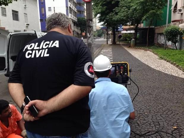 Polícia fez buscas para encontrar arma que teria sido jogada em bueiro de Santos, SP (Foto: Guilherme Lucio/G1)