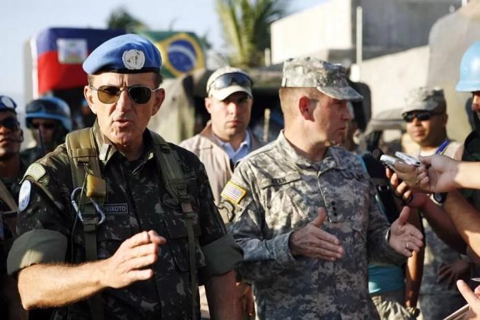 General Floriano Peixoto Vieira Neto (de óculos escuros), novo ministro da Secretaria-Geral, durante missão no Haiti — Foto: Sophia Paris/UN Photo