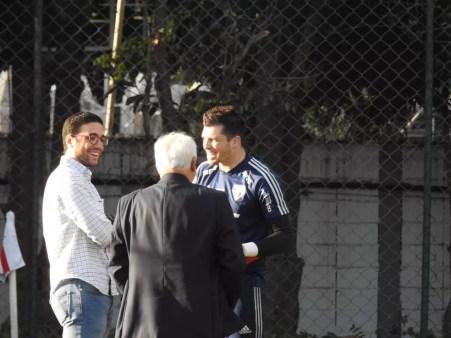 Alexandre Pássaro, Leco e Tiago Volpi conversam no CT do São Paulo — Foto: Eduardo Rodrigues