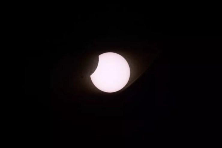Vista do eclipse a partir de Pucón no Chile — Foto: AFP/Ronaldo Schemidt