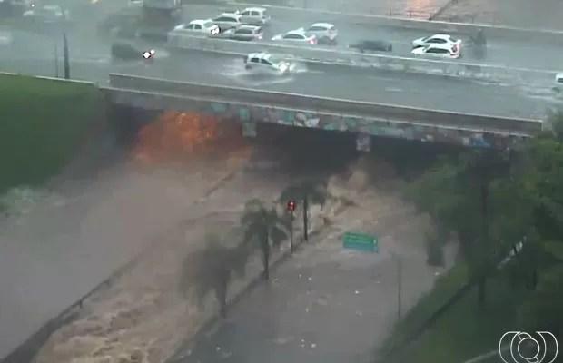 Chuva fecha aeroporto por 1h, alaga ruas e derruba árvores em Goiânia, goiás (Foto: Reprodução/TV Anhanguera)