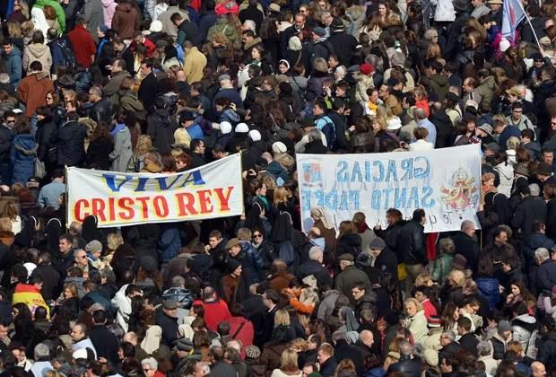 Fiéis lotam a Praça São Pedro, no Vaticano, para o penúltimo Ângelus do Papa Bento XVI (Foto: Vicenzo Pinto/AFP)