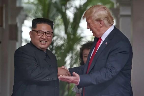 Kim Jong-un e Donald Trump sorriem ao se cumprimentar durante reunião em Singapura (Foto: Kevin Lim/The Straits Times via AP)