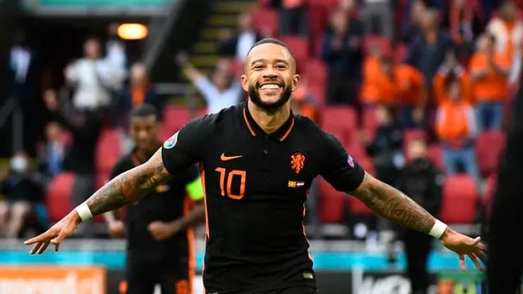 Memphis Depay comemora o gol marcado pela Holanda contra a Macedônia do Norte