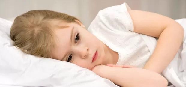 Criança deitada pensativa (Foto: Shutterstock)