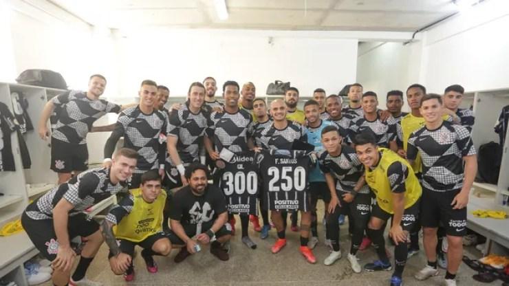 Corinthians homenageia Gil e Fábio Santos