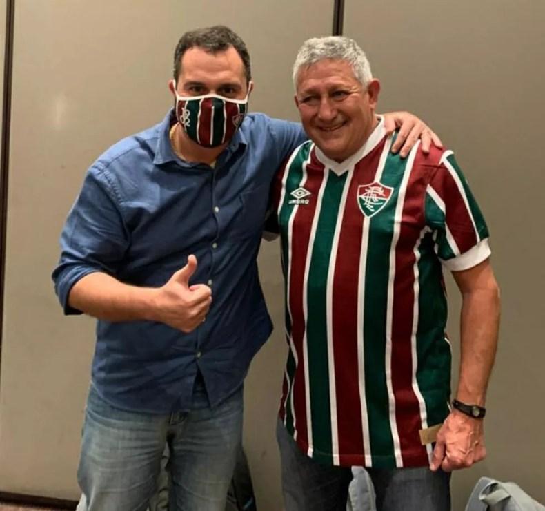 Romerito ganhou a nova camisa do Flu e tirou foto com o presidente Mário Bittencourt — Foto: Divulgação