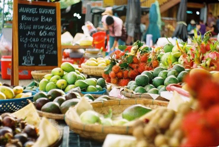 Especialistas dizem que uma dieta variada de frutas, legumes e verduras é mais rica em nutrientes do que consumir sempre o mesmo tipo de alimento. — Foto: Andrei Lasc/Unsplash