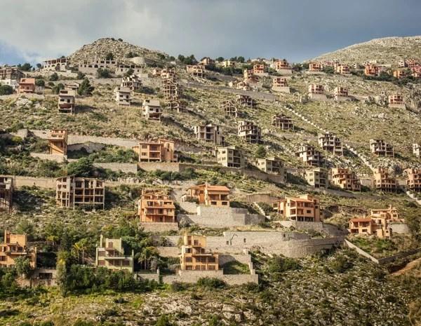 Prédios abandonados em Mondelo, na Itália. Eles estão embargados há duas décadas, após disputas entre ambientalistas e o governo local. (Foto: Carlos Spottorno)