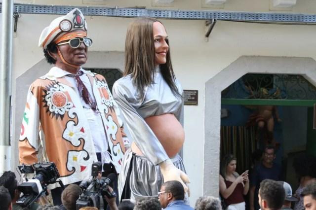 Boneco gigante de Ivete Sangalo grávida é apresentado junto ao boneco do Rei do Baião (Foto: Marlon Costa/Pernambuco Press)